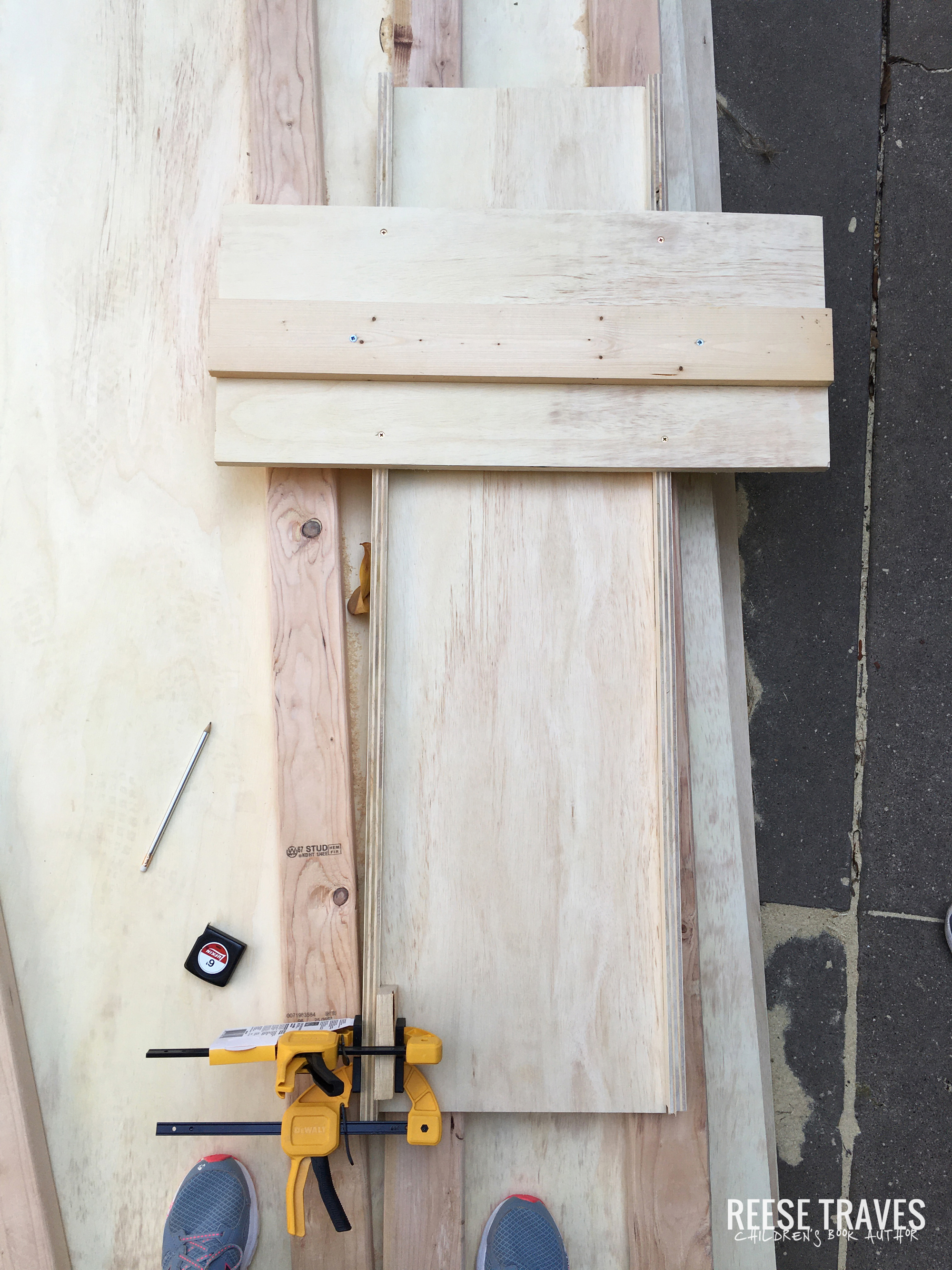 DIY jig to cut lots of wood the same length for bookshelves and stuff.